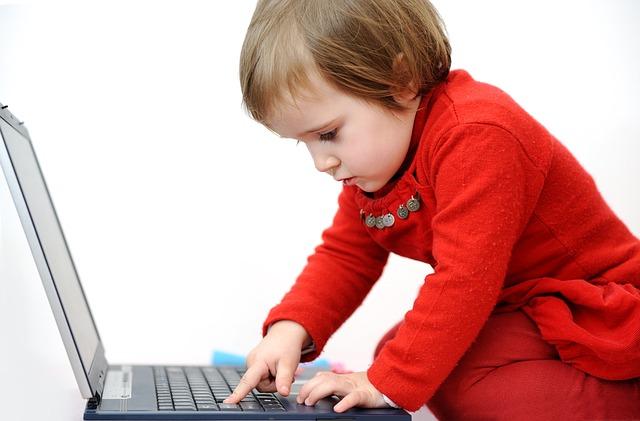 dítě a notebook