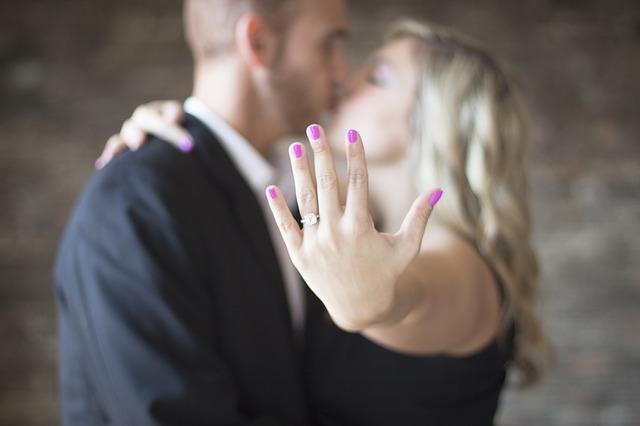 zásnubní prsten na ruce.jpg