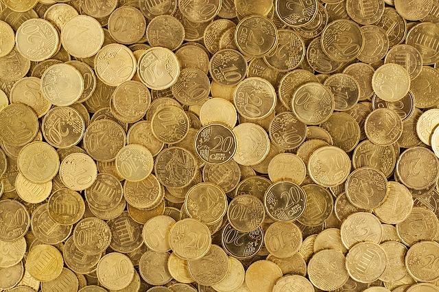 velké množství volně ležících euro mincí