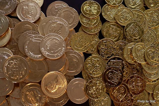dva druhy zlatých lesklých mincí