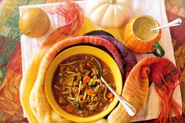zeleninová polévka v misce a teplá šála