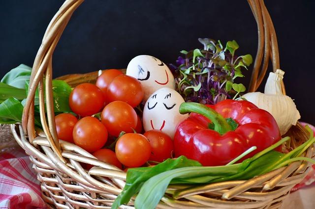 zelenina s klíčky v košíku